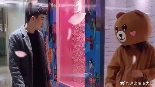 偶遇一只发传单的网红熊,摘下头套之后,原来是个高颜值的小姐姐