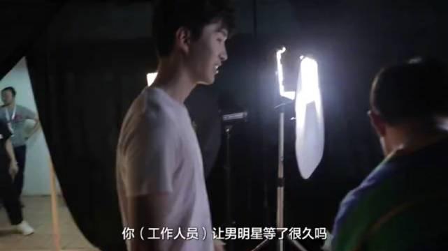 范丞丞在录制 时,去后台探班了接受采访的林允,还假装要提问林允