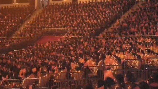 广州7000人《歌唱祖国》,巨幅五星红旗在人潮中流动