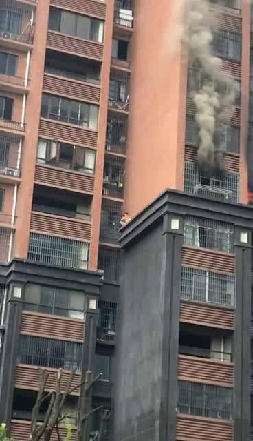 视频中因电动车家中充电起火~没有人员伤亡~当事人说上面等救援又热