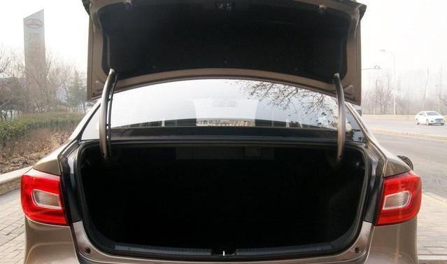 奔腾B30来势汹汹,有良好的操纵性,展示汽车风采!