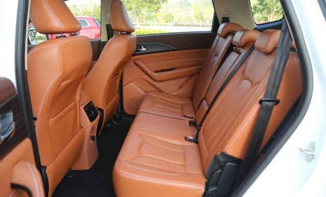 幻速S7,车身线条比较流畅,驾驶乐趣方面显然要更胜一筹