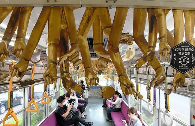 京都的一列电车装饰千手观音的肢体......BY 产经新闻