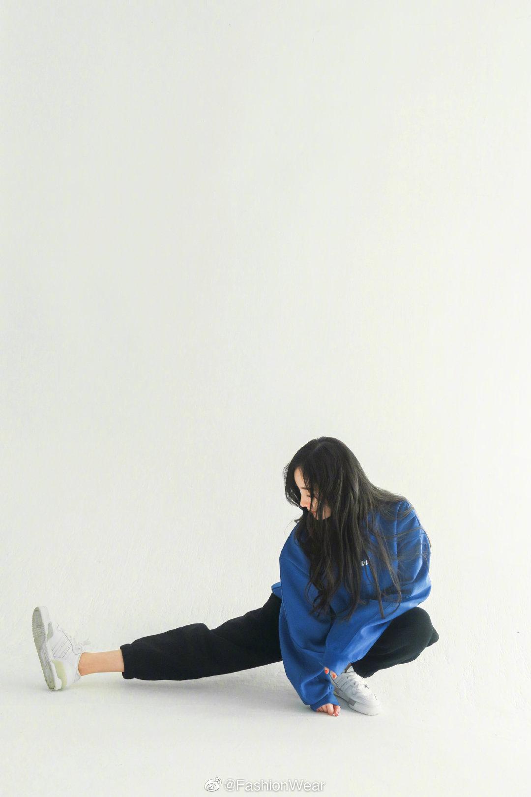 蓝卫衣黑长裤小白鞋,宽大男友风的慵懒,活力满满的广播体操幂