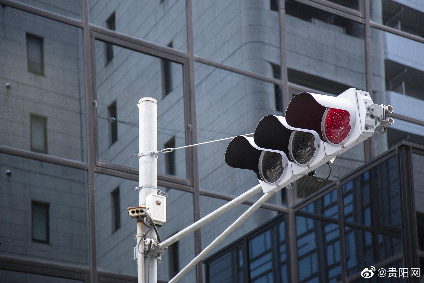 丨贵阳世纪城两路口无信号灯致道路拥堵,交管局:暂不适合增设