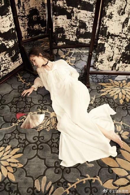 金色配饰和银色扇子搭配白色系带裙真的好仙,飘逸灵动