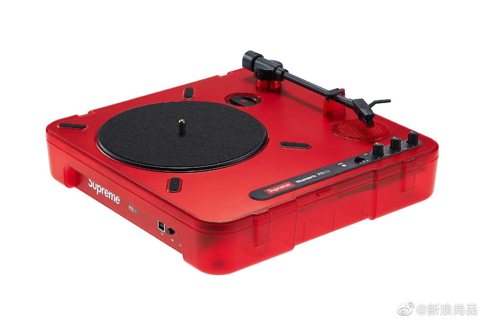 近期潮牌Supreme又推出了黑胶唱片机、保温杯、望远镜等让人意想不到