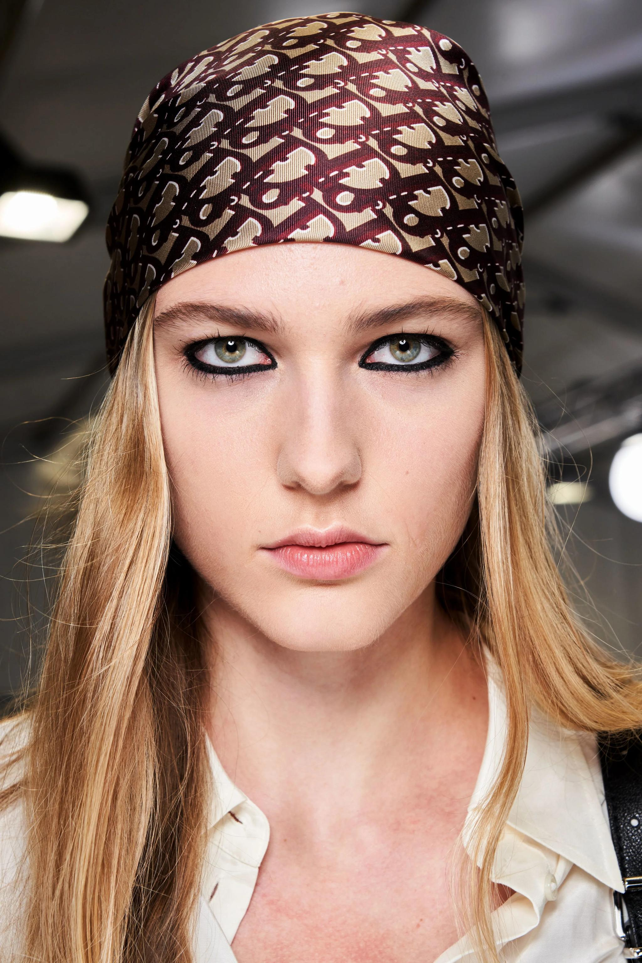 Christian Dior Fall Winter 2020秀场妆容把复古全包眼线带到了T台前