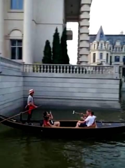 东港的威尼斯水城,坐在行驶的小船上,享受看异国的风韵,乐在其中