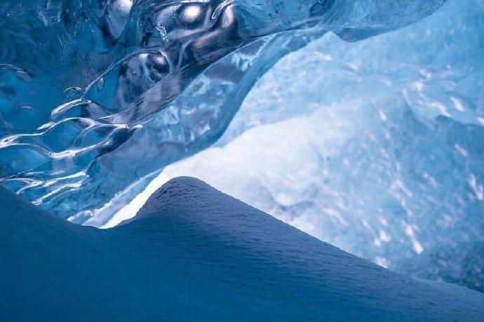 """冰岛的""""水晶冰洞"""",犹如一座蓝色梦幻的水晶宫殿。"""