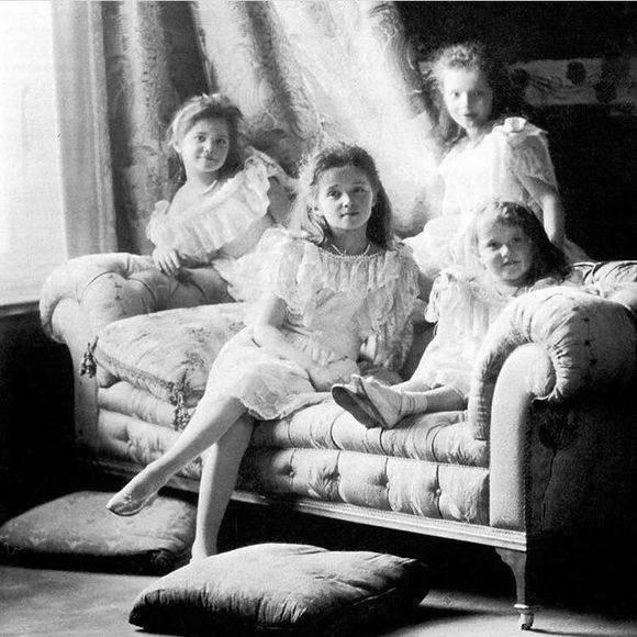 1917年,俄国末代沙皇尼古拉二世被推翻,全家被流放