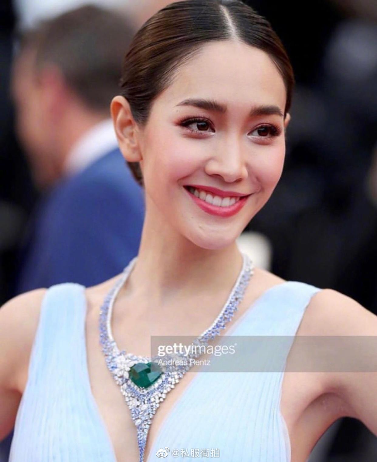 香港电影节|泰国薄纱min一袭电影深v蛋糕礼服蓝色现身红毯.戛纳女星西游记三级图片