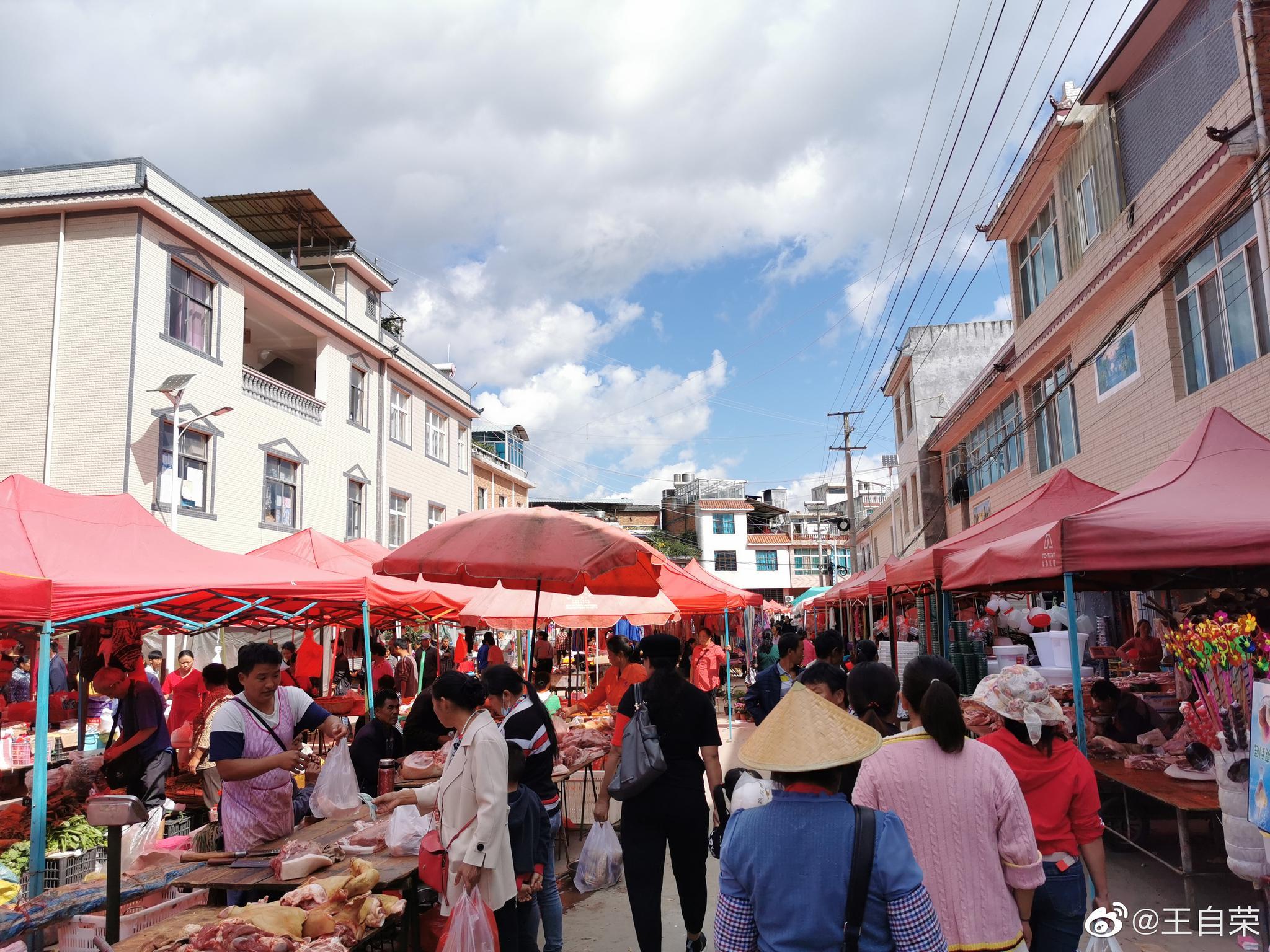 逛临沧复合村的街天。云南农村普遍有赶街的习惯,一般5天一街