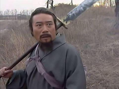 九八水浒传中,李雪健扮演的宋江,为何背着长刀就像扛着锄头
