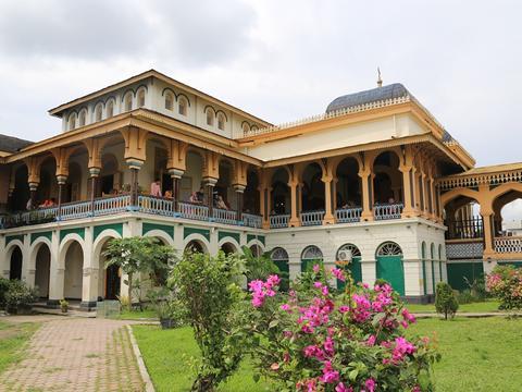 接地气的印尼皇宫,金碧辉煌却与菜市场为邻,至今仍有皇室居住