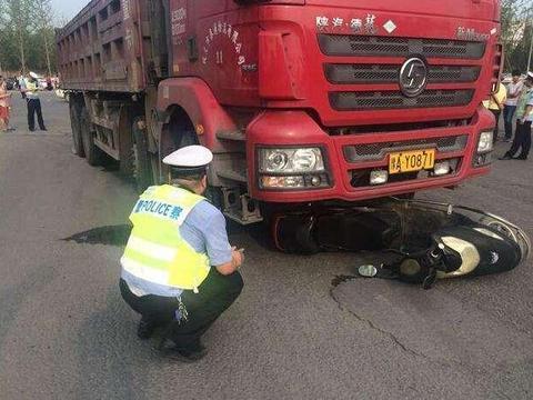 惨烈!爷爷骑车送孙上学正撞货车,11岁孩子惨遭碾死,谁该负责
