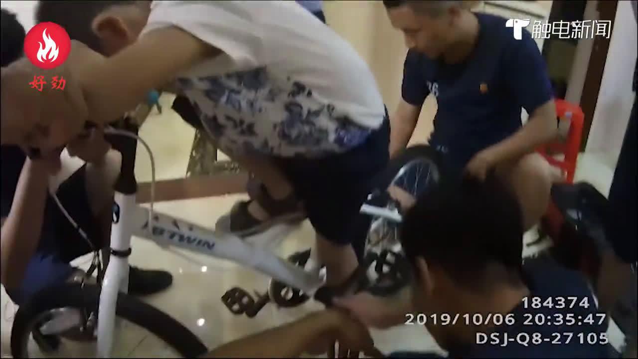 """佛山一男童被自行车""""咬脚"""",民警消防及时施救"""