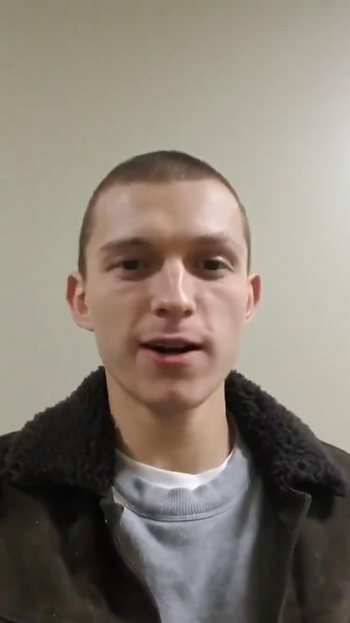 """""""荷兰弟""""汤姆·霍兰德最新造型曝光!原先的卷毛剃成了寸头"""