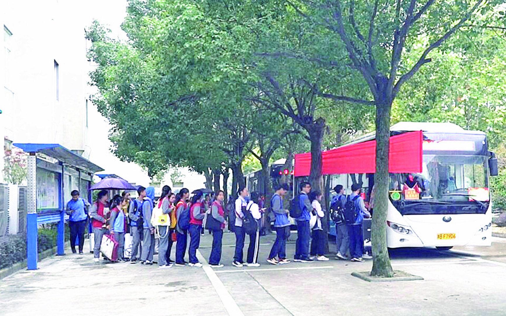 """西周中学为寄宿学生定制公交专线 """"回家公交""""确保安全回家"""