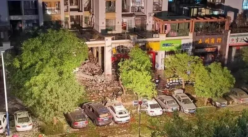 惠州东平某小区饮食店疑似发生煤气爆炸,暂无人员伤亡