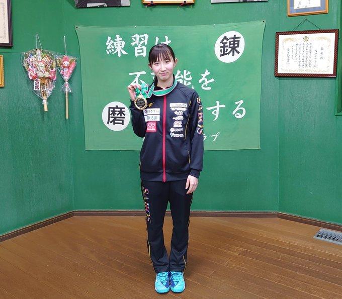 早田希娜全日本赛夺冠,载誉归来,与小朋友们分享喜悦。