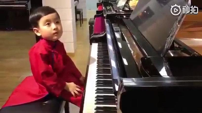 越南裔美籍5岁小男孩 身体里像是装了音乐大佬的灵魂。