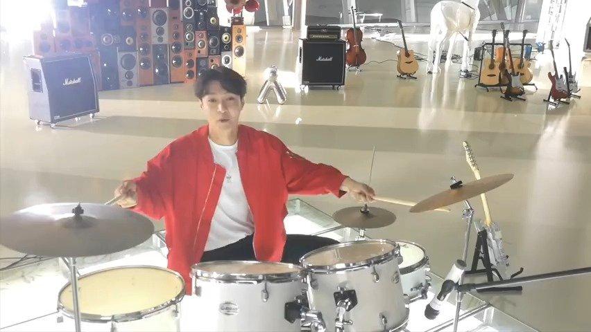 张艺兴一身穿红色外套配白T恤帅气依旧