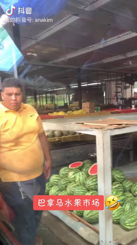 一大早开着皮卡车好远到了巴拿马最大的水果市场