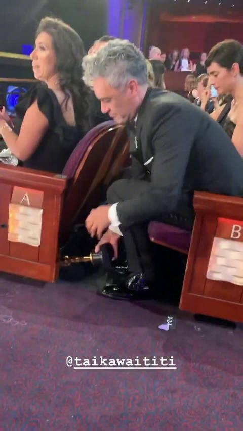 网友布丽·拉尔森拍摄:塔伊加·维迪提的骚操作,把小金人藏起来