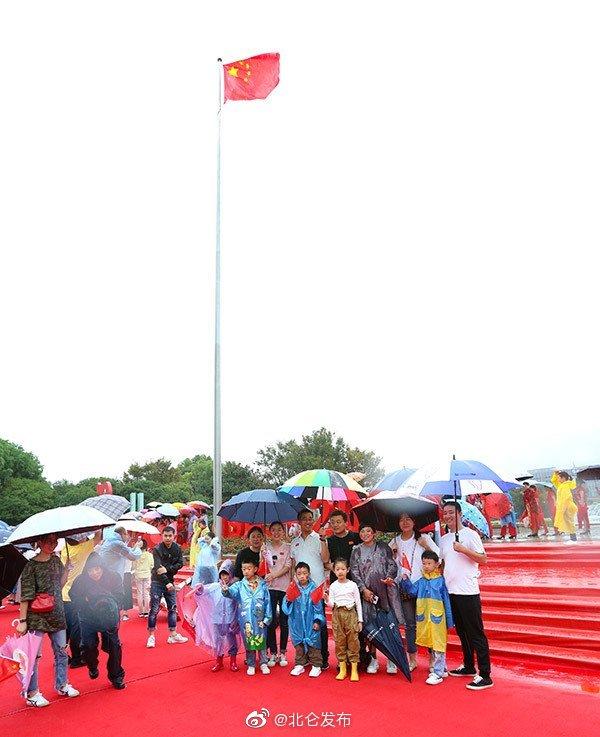 今天上午8点,北仑区行政中心南门广场鲜花锦簇、红旗飘扬