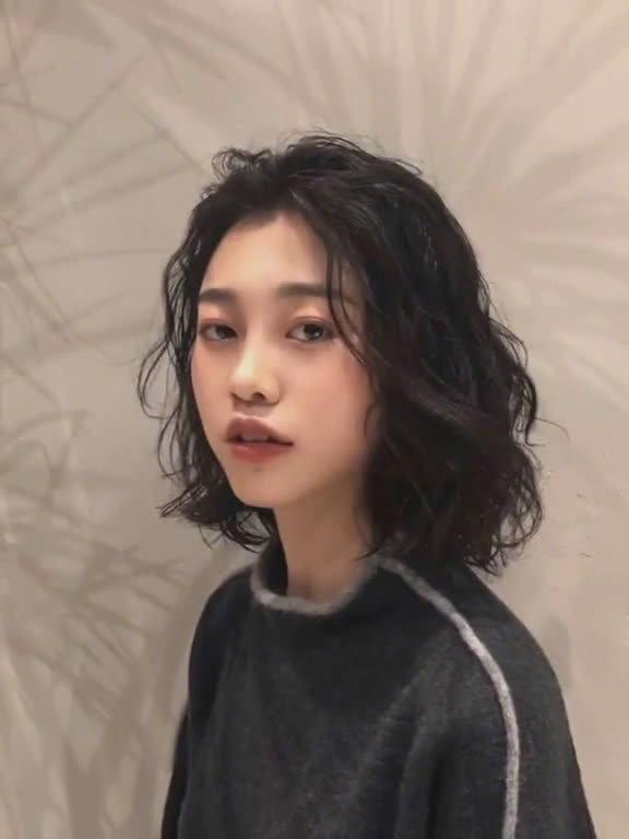 发量少、细软发质的女生在秋冬烫发可以尝试这款法式羊毛卷~可以让