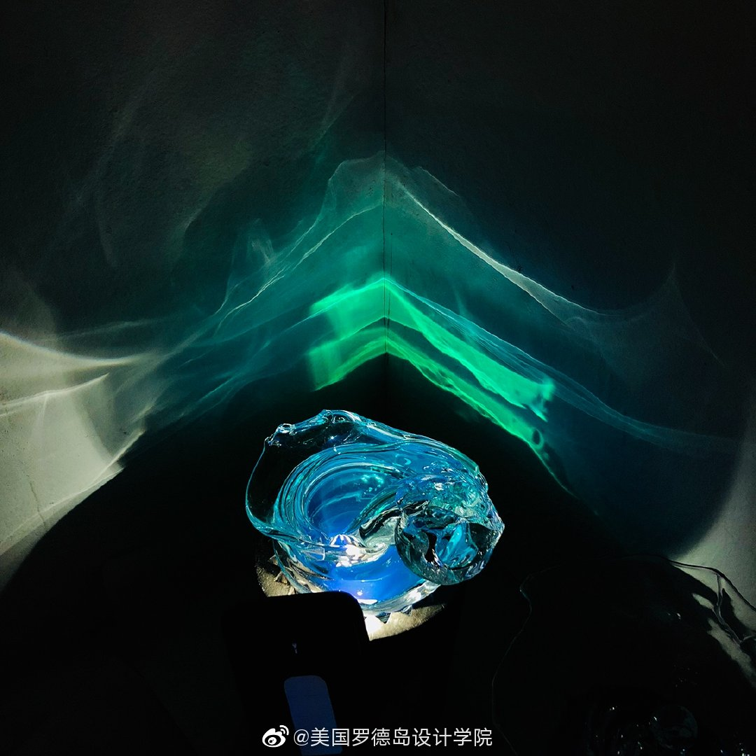 By 张Zhang这组作品是对玻璃特性(例如光的透明度和电导率)的不同