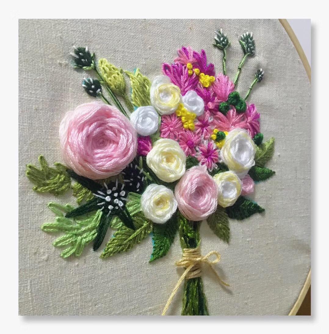 投稿人给结婚的闺蜜原创手工制作了一组捧花刺绣,看完
