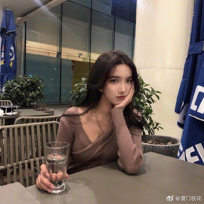 她叫蒋蒋,99年,就读于浙江外国语学院,身高175cm