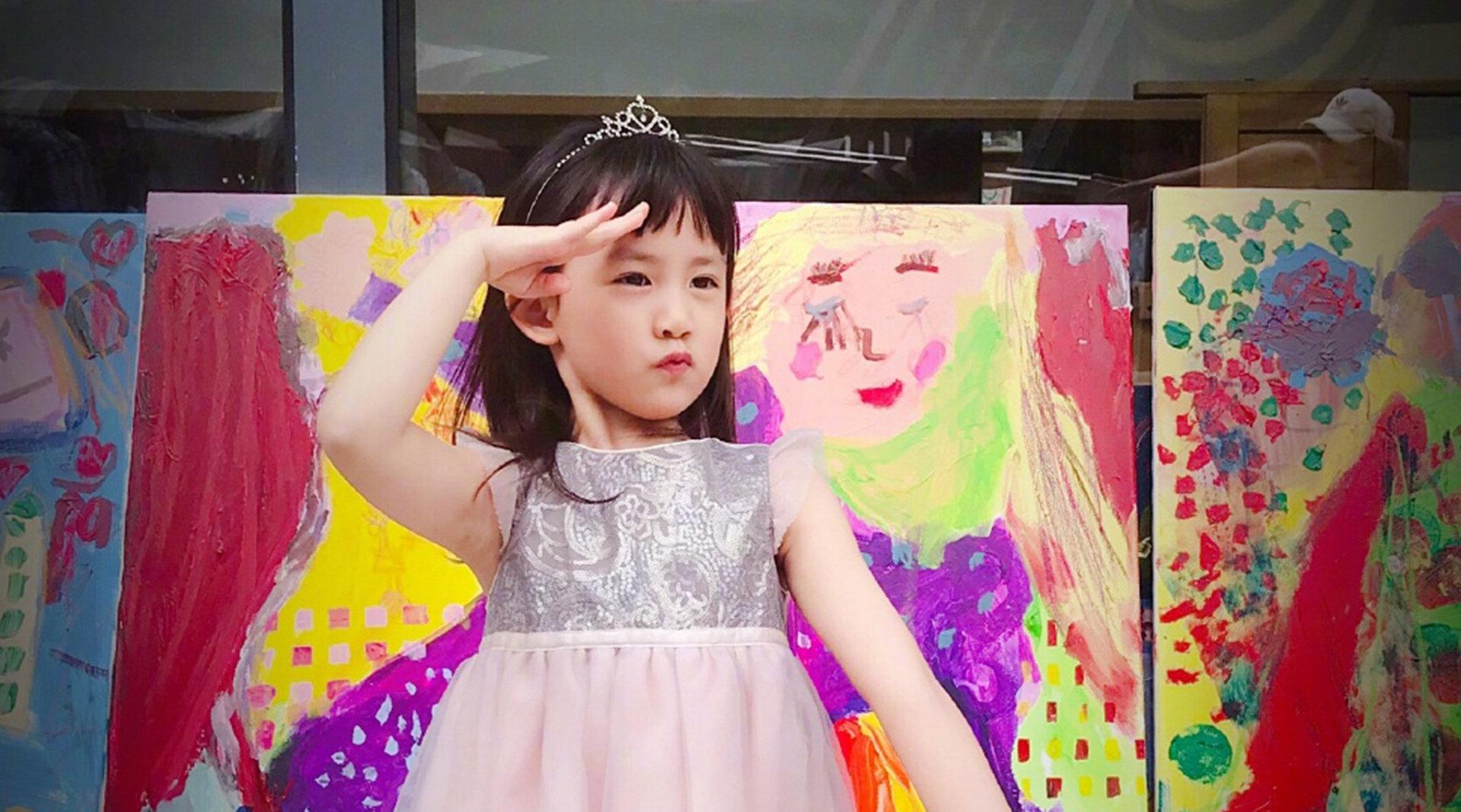 黄磊二女儿多妹一身公主打扮,拍照敬礼姿势古灵精怪