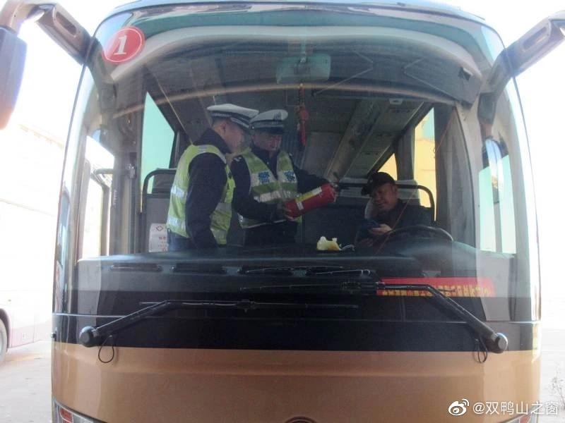 双鸭山交警宝山大队开展深入宝山区政府开展通勤车安全隐患排查为有