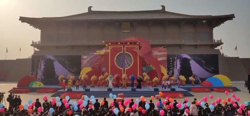 1月1日上午,大明宫国家遗址公园彩旗飘扬、锣鼓喧天、热闹非凡