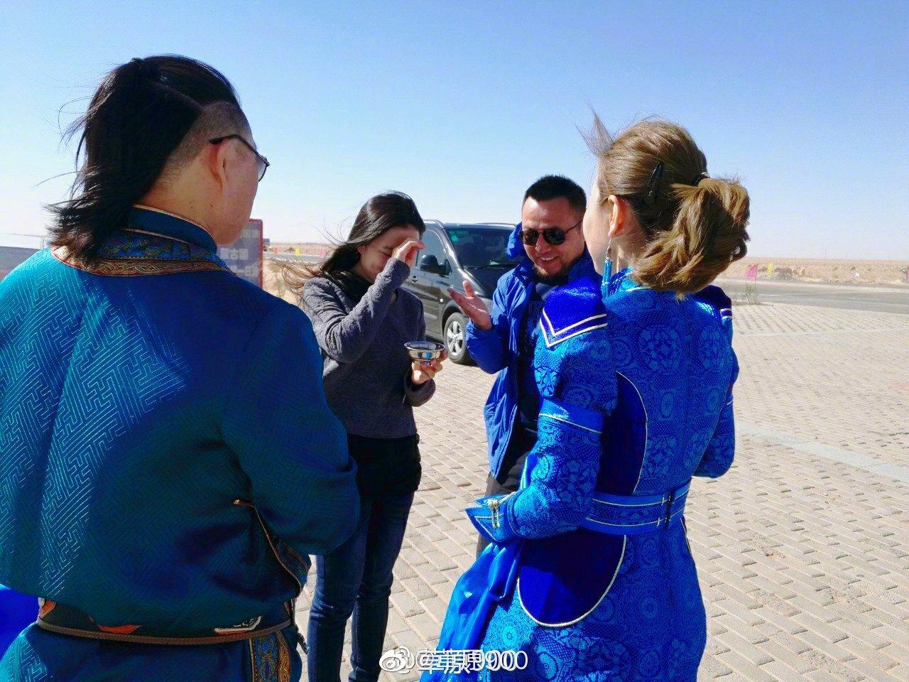 蒙古草原上,在连接外蒙古茫茫的戈壁滩,遍地是玛瑙石,色彩斑斓