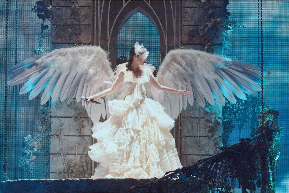 周慧敏在小巨蛋演唱会的演出照,身穿蓬松白裙美似天鹅少女~