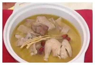 一道粤菜--猪肚鸡,汤汁鲜甜,肉质幼嫩非常可口,猪肚鸡做法
