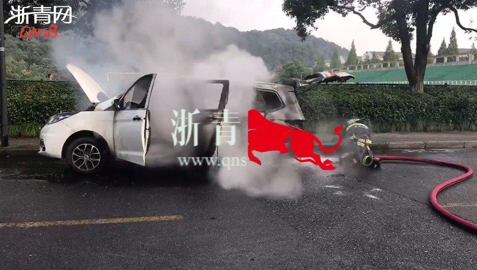 突发!今晨杭州一新能源车行驶中显示电瓶故障