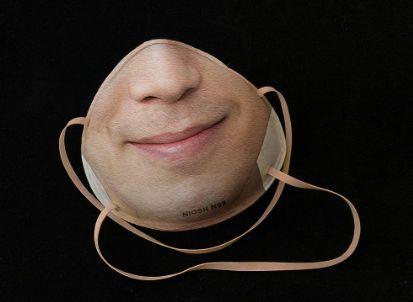 外国网友Danielle Baskin 设计的定制可解Face ID的N95口罩