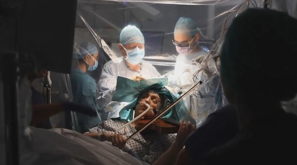 英国音乐家做手术切除脑部肿瘤 全程清醒拉小提琴