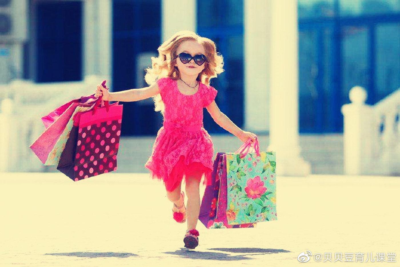 记得我很小的时候,妈妈偶尔还会给我买一件新衣服,但慢慢长大后