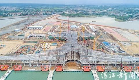 湛江市徐闻港综合交通枢纽中心网架合龙