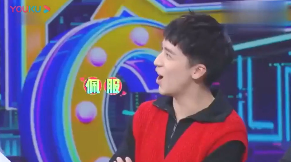 宋茜玩游戏展示柔韧性,队友许魏洲:我们队有你真好!