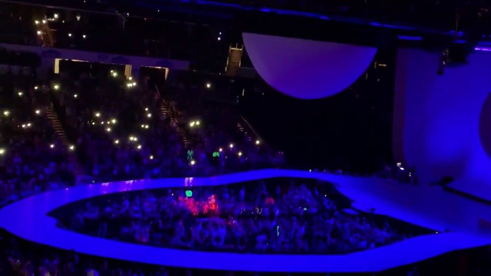 Ariana Grande今晚芝加哥演唱会上表演《Tattooed Heart》和《Piano》