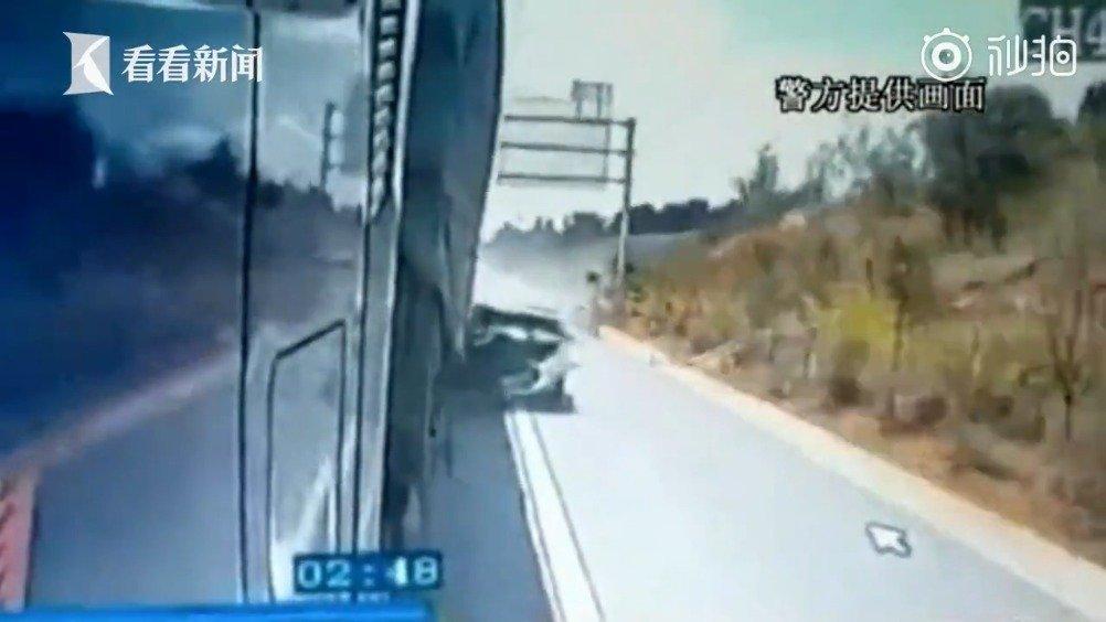 运动型多用途车司机连开4小时疲劳驾驶 追尾大货车身受重伤