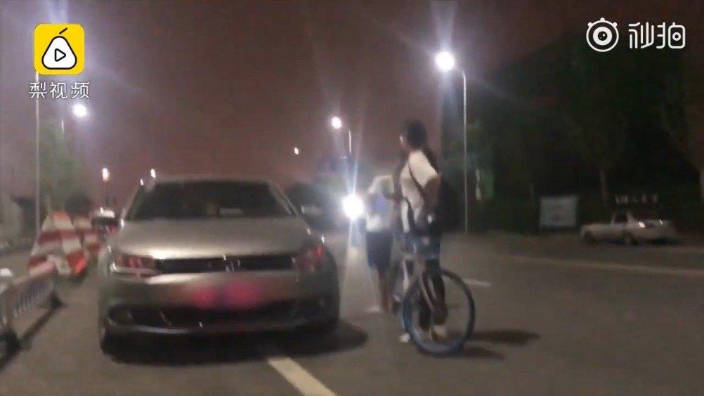 单车女孩避让奔驰摔倒撞瘪轿车,车主:走吧,不用赔