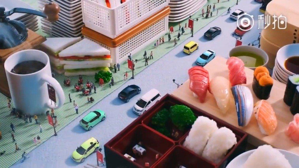 包包和盘子搭建的高楼大厦,牙刷做路灯,领带做的公路